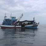 4 a IMG_6023a passieren Fischerboot mit vielen Leuten das auf 50 m Tiefe ankert