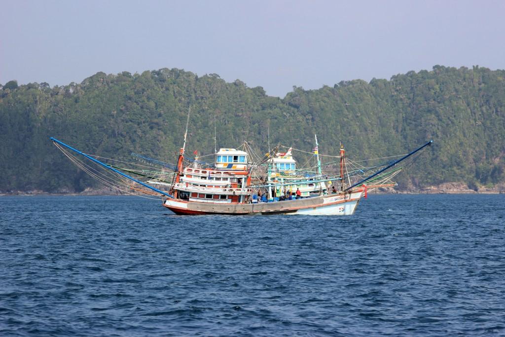 3 IMG_6378a zwei Fischerboote im Moment als sie sich nahe kreuzen