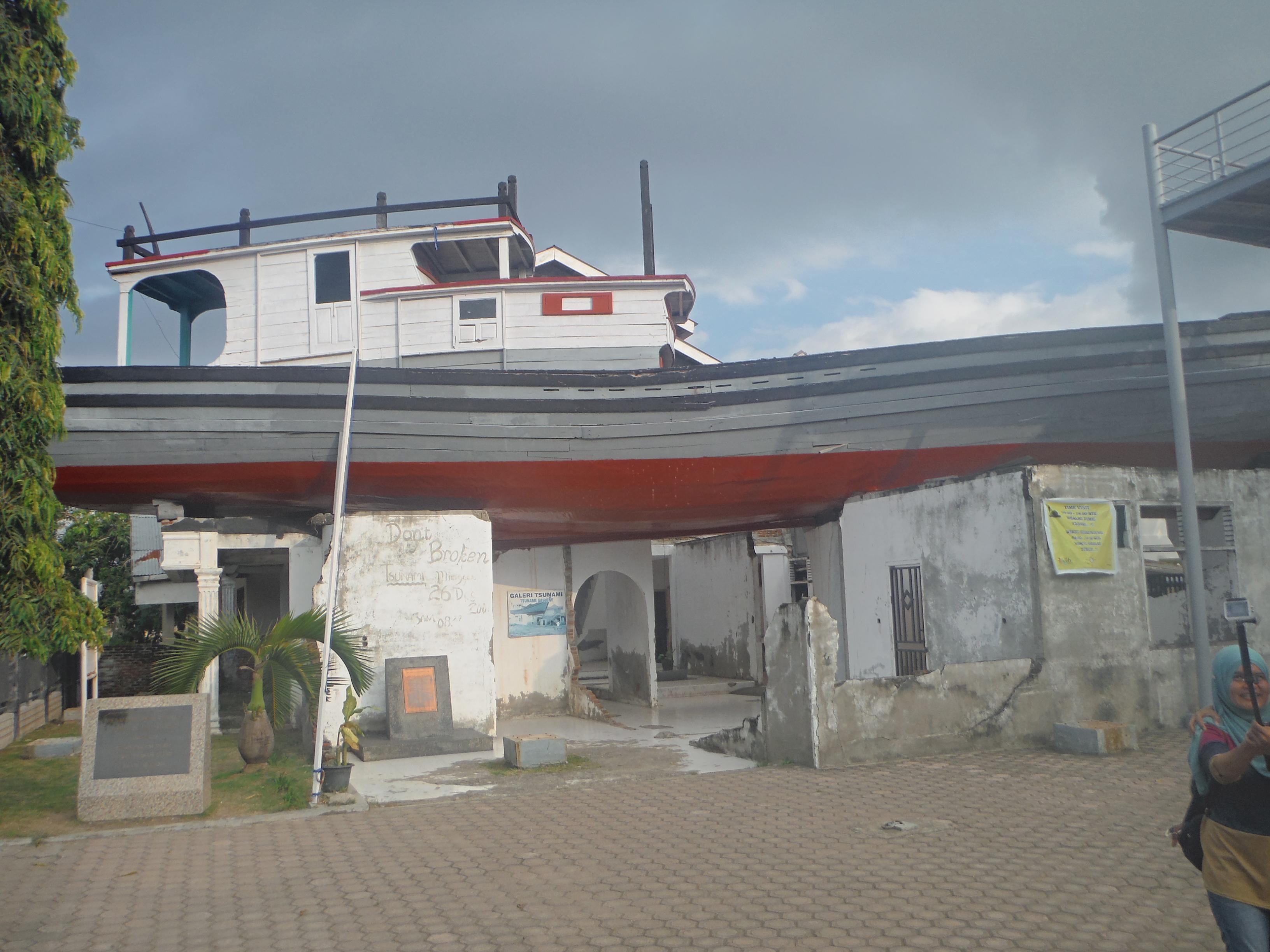 segelboot mit leuten drauf