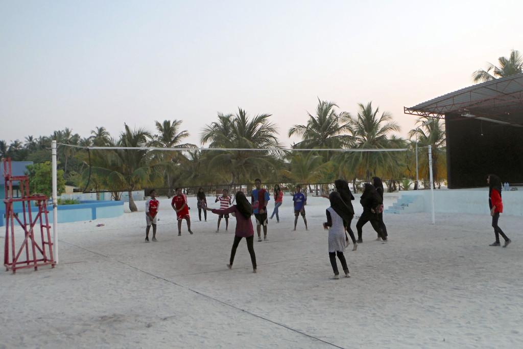 11 Jugendliche beim Volleyballspiel